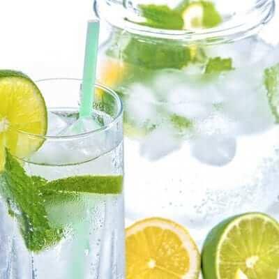 ¿Es necesario beber dos litros de agua al día?